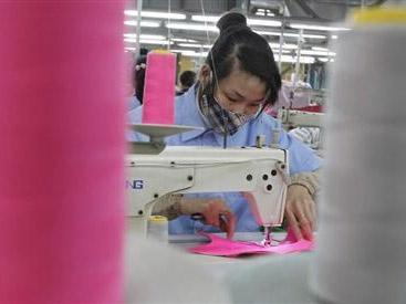 Một công nhân trong xưởng may ở Tân Lập, Hà Nội