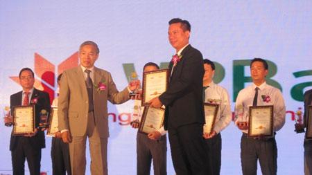 Lãnh đạo VPBank nhận danh hiệu Ngân hàng có chất lượng dịch vụ tốt nhất năm 2013.