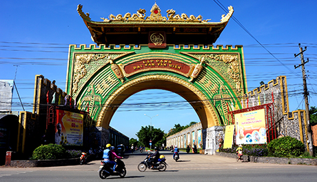 Cổng chính dẫn vào KDL Đại Nam