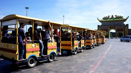 Xe trung chuyển chở khách đến các điểm tham quan