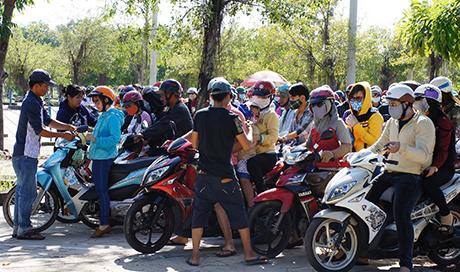 Bãi giữ xe máy chật kín