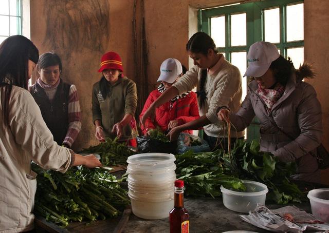 Hoa Hậu Ngọc Hân xăm xắn chuẩn bị bữa cơm trưa cho học trò Lao Xả Phình