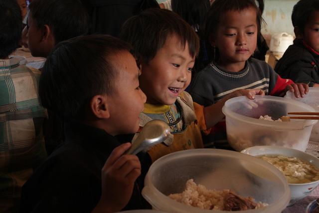 Học sinh Lao Xả Phình hạnh phúc vì chưa đến Tết nhưng đã được ăn thịt