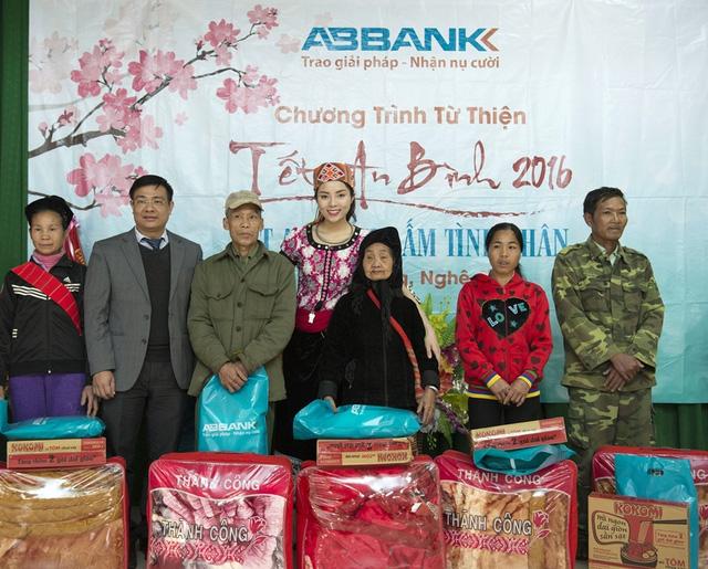 Ông Bùi Trung Kiên – PTGĐ ABBANK và Kỳ Duyên trao quà cho người dân xã Lục Dạ - Con Cuông