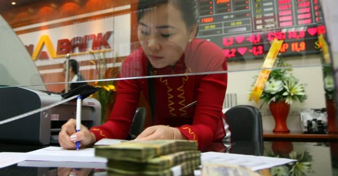 """""""Cơn gió chướng"""" cản đà tăng nhóm cổ phiếu ngân hàng trong năm 2016"""